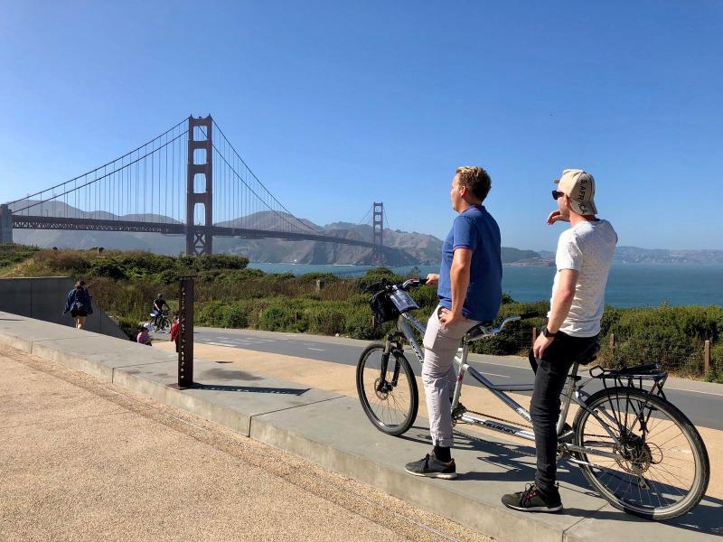 Fietsen over de wereldberoemde brug