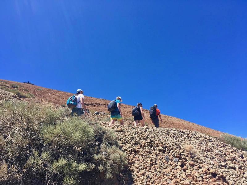 Hiken door vulkanisch landschap