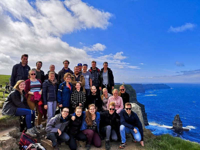 Groepsfoto aan de kust