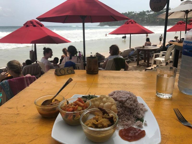 Eten proeven met uitzicht over de zee