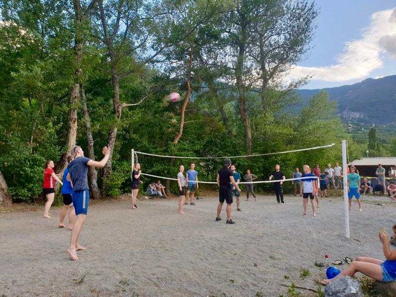 Volleyballen op de camping